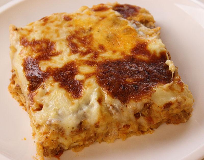 لازانيا باللحم المفروم والبشاميل والجبن