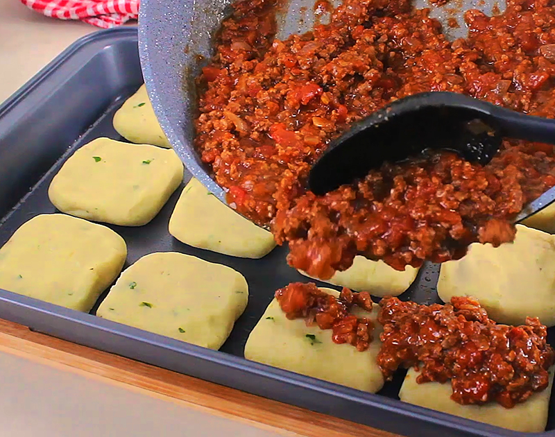 صينية مربعات البطاطس باللحمة المفرومة